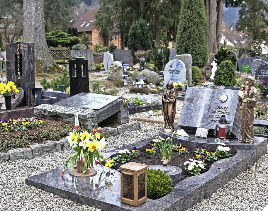 Der Friedhof ist ein Ort der Erinnerung und der Begegnung.  | Foto: Fotos: Zahn
