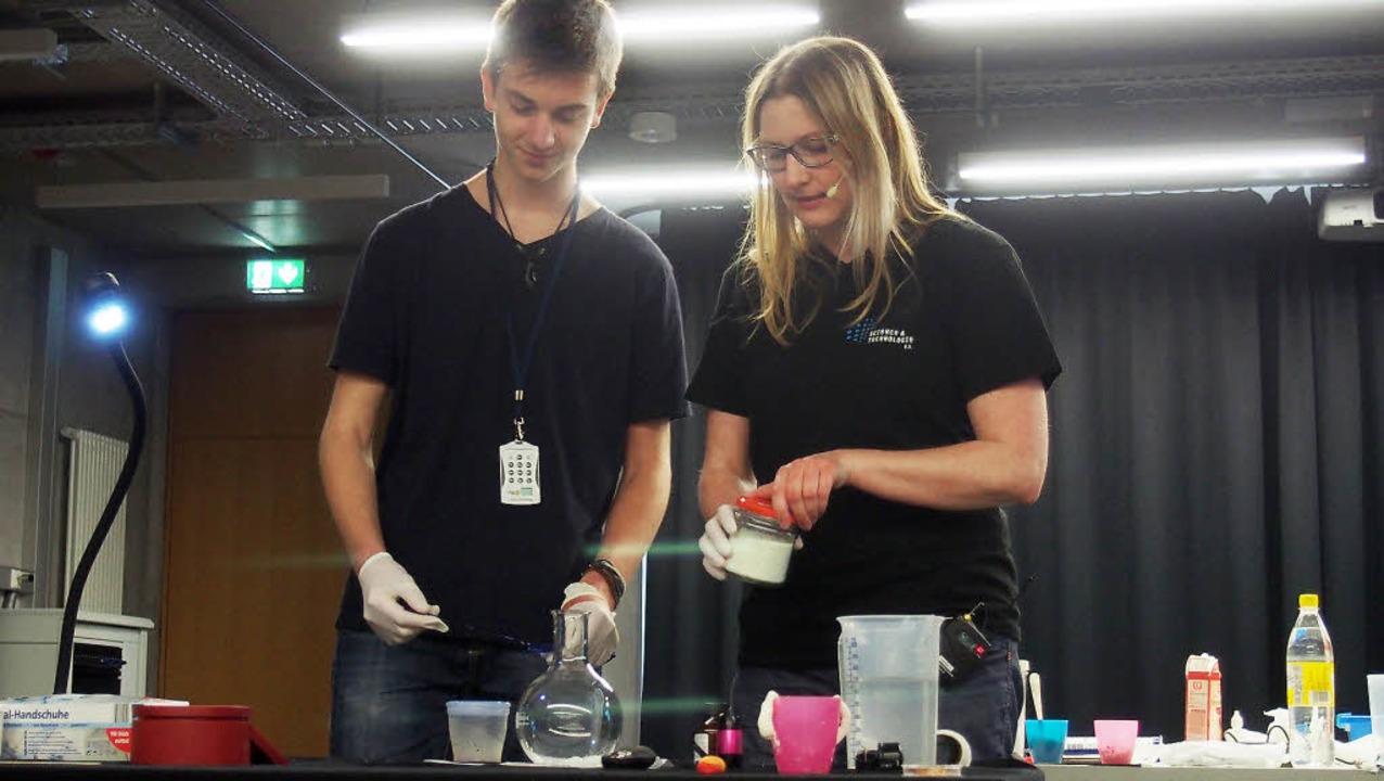 Zusammen bereiten Philipp und Biologin...rden Wasser, Waschpulver und Luminol.   | Foto: Katharina Schiller