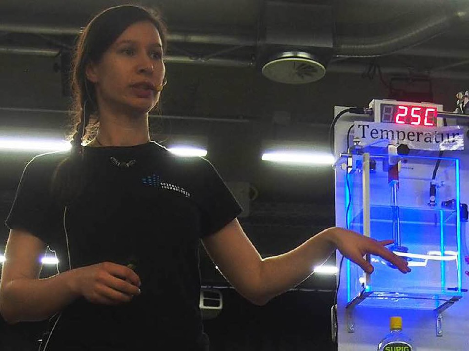 Moderatorin Esa Mandaci erklärt die ex...Wert des Wassers gemessen werden kann.  | Foto: Katharina Schiller