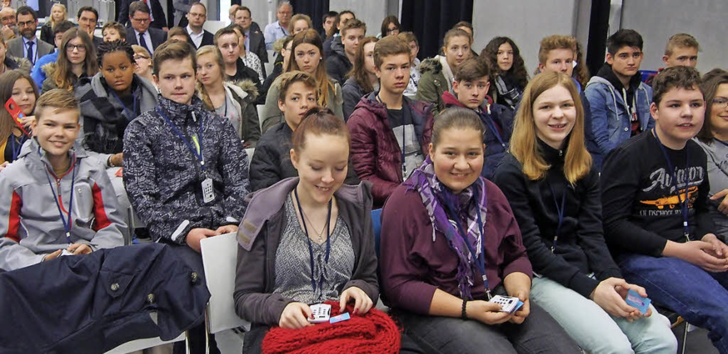 Knapp 100 Schülerinnen und Schüler der...mit den Voting-Geräten die Quizfragen.  | Foto: Katharina Schiller