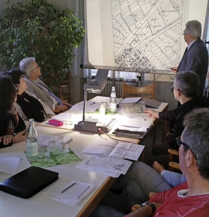 Ortsvorsteher Edmund Steinle zeigt dem...Funkmast-Standort anhand eines Plans.   | Foto: Julis Steckmeister