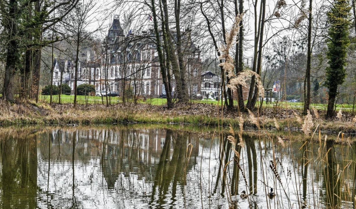 Das Schloß von Pourtalès spiegelt sich...Teiche des ehemaligen Canal des France    Foto: Teli