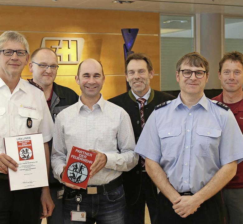 Feuerwehr und Firma sind Partner: Im B...mar  Fink und Andreas Brüderle (E+H).     Foto: ZVG