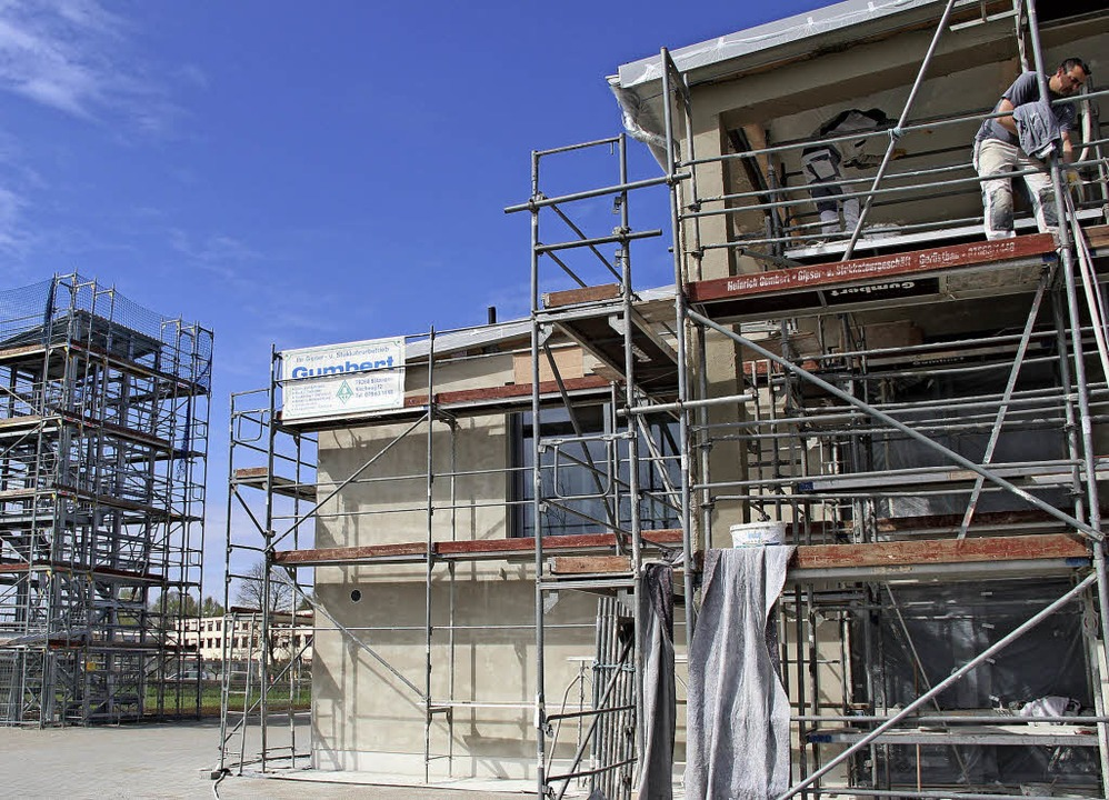In den Ausbau des Feuerwehrhauses  inv...ie Einweihung ist Anfang Juni geplant.  | Foto: horst david