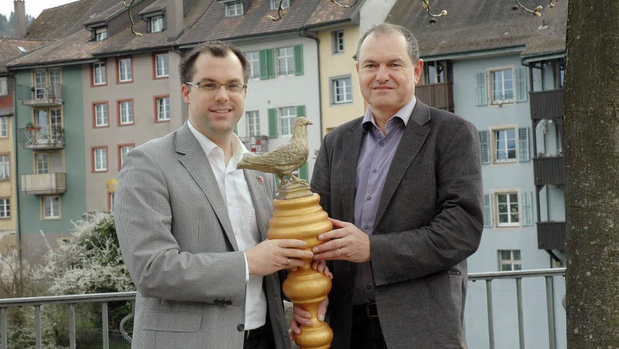 Erhielten die erste Friedenstaube im L...links)  und Stadtammann Herbert Weiss   | Foto: Stadt Laufenburg