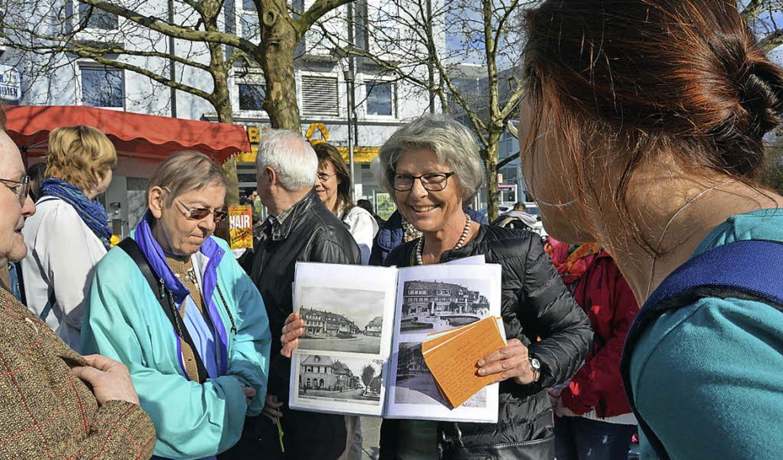 Kopien alter Fotografien der Stadt wec... bei manchen Teilnehmern der Führung.   | Foto: Danielle Hirschberger