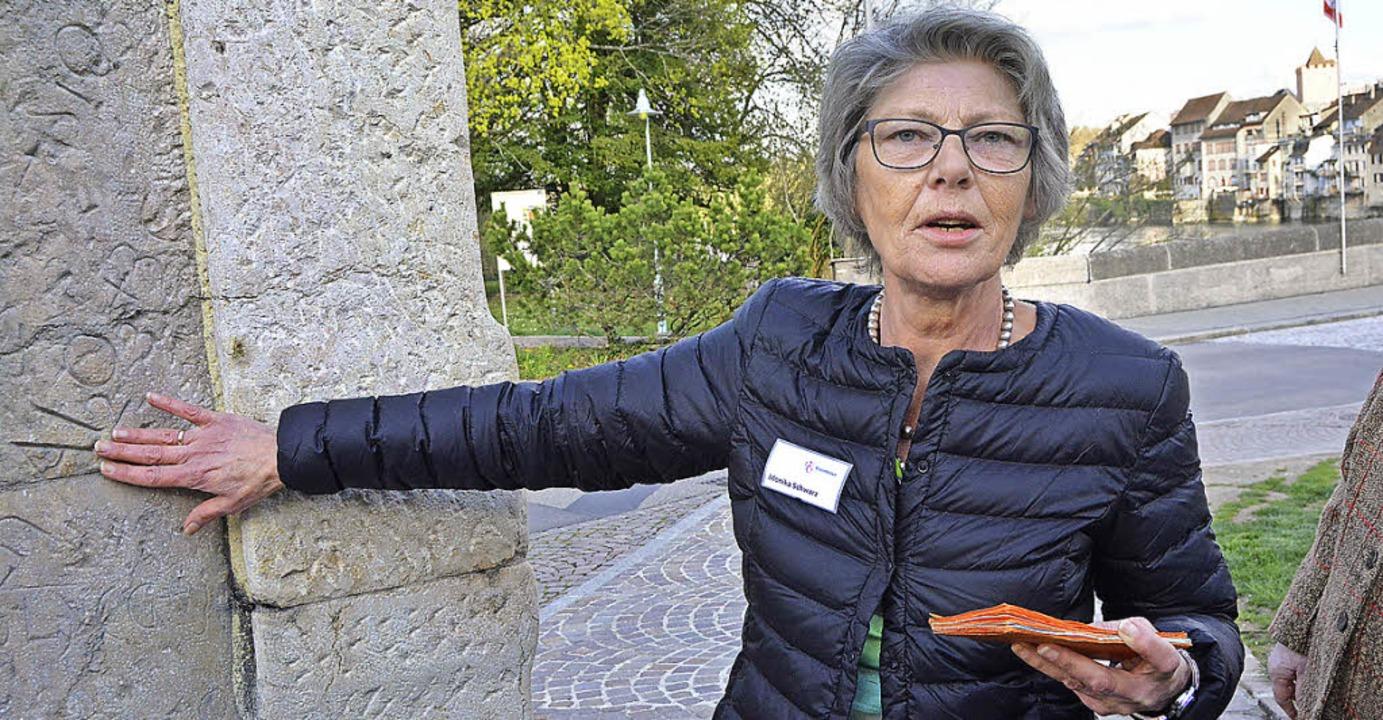 Stadtführerin Monika Schwarz erklärt die Stadtstele von Leonhard Eder.  | Foto: Danielle Hirschberger