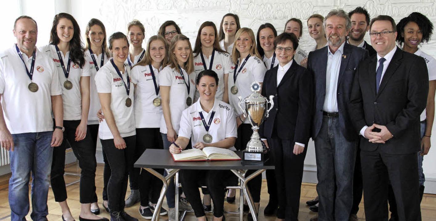 Umringt von ihrem Team trägt sich VCO-...nd Sportbürgermeister Hans-Peter Kopp.    Foto: judith Reinbold