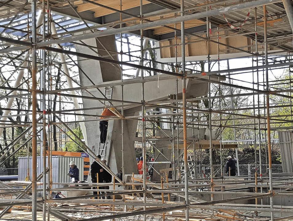 Der Fünf-Meter-Turm ist installiert: B..., in das 36,6 Millionen Euro fließen.     Foto: Andrea Thomann