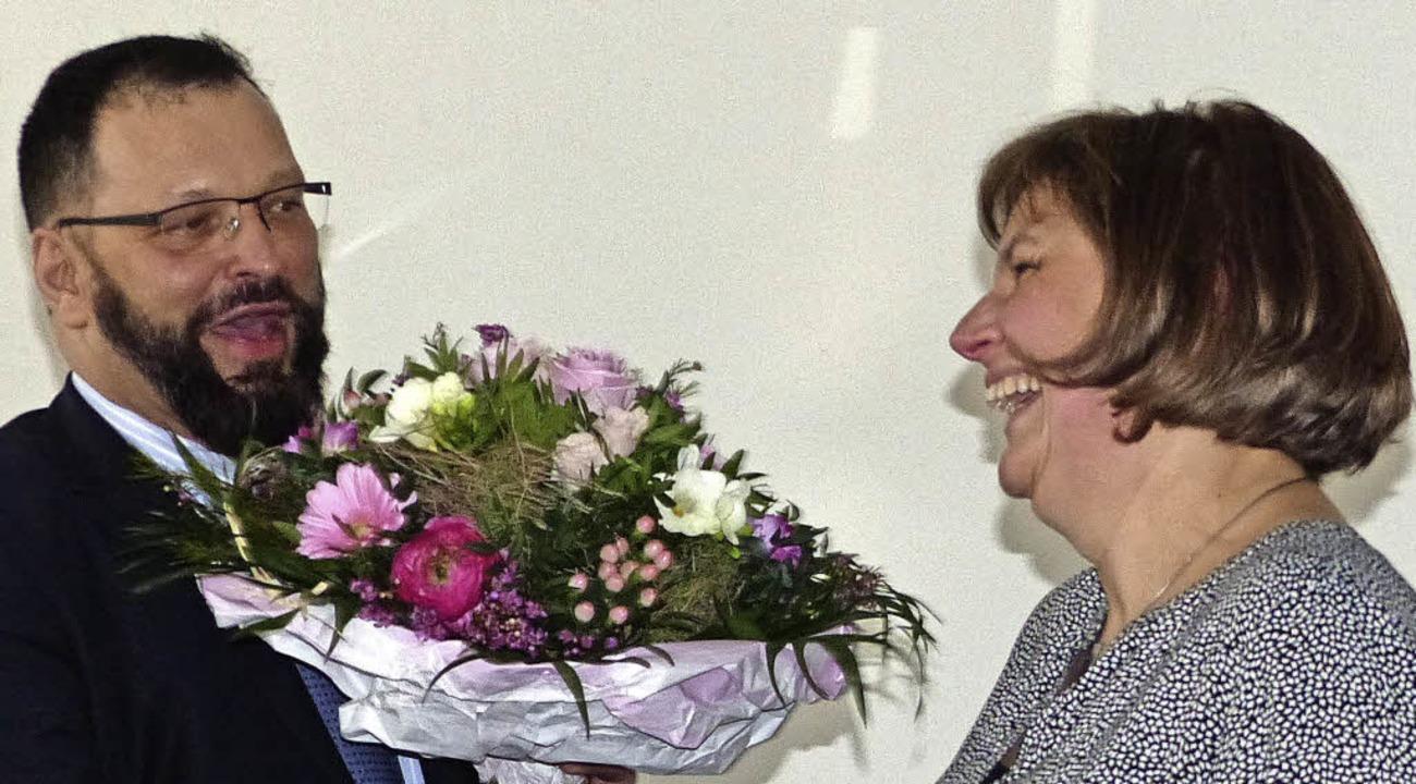 Markus Herrel, einer der beiden Klasse...n Maria Gille zum Dank  ein Geschenk.   | Foto: Sofia Kwiek