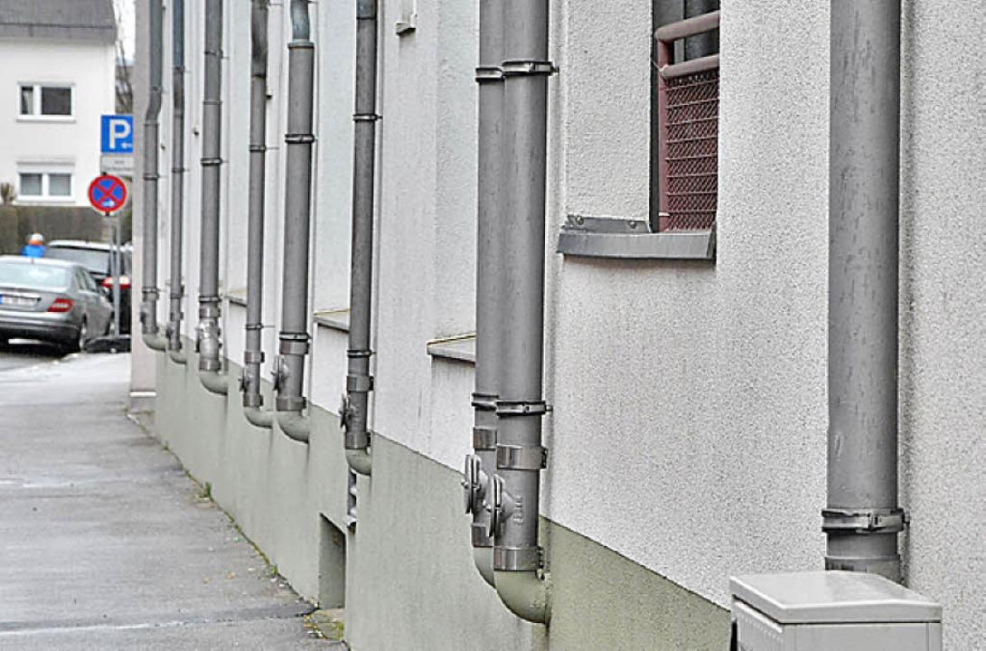 Keine Eingänge, aber jede Menge Rohre: Fassade an der Bergstraße.    Foto: Barbara Ruda