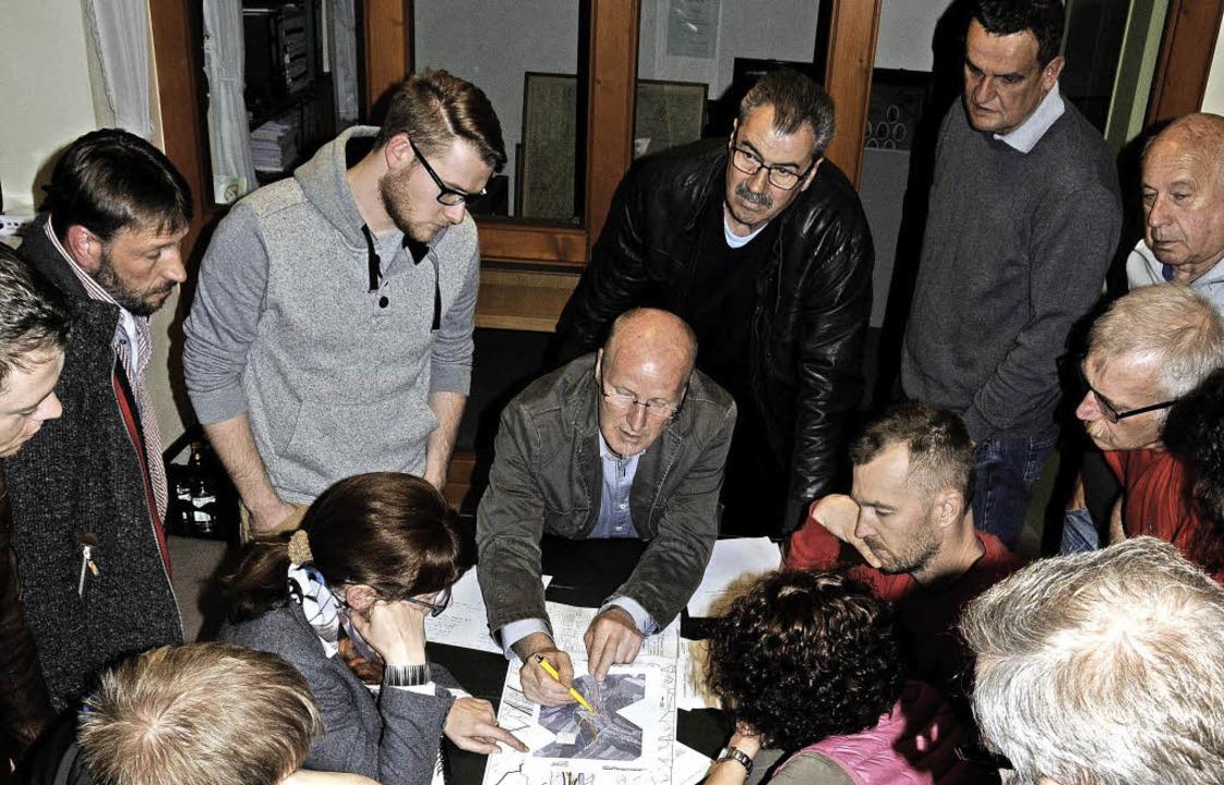 Zur Ansicht der Pläne möglicher Varian...en sich auch  Besucher  am Ratstisch.     Foto: Dietmar Noeske