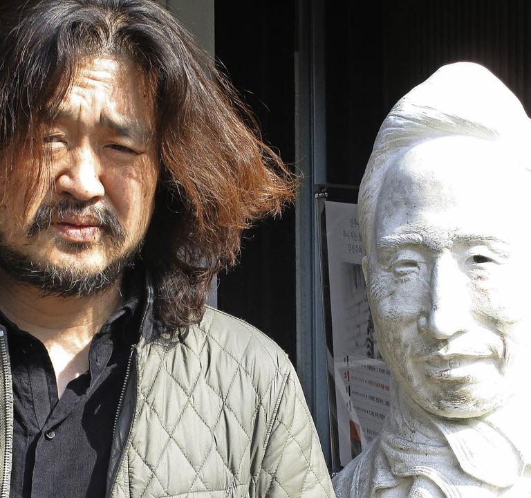 Satiriker Kim Ou-joon mit der Büste von Ex-Präsident Lee Myung-bak  | Foto: Felix Lill