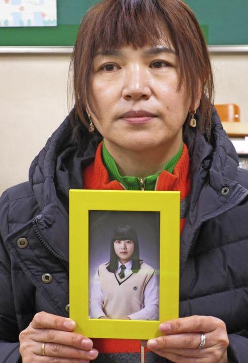 Lee Jae-sang mit dem Bild ihrer Tochter  | Foto: Felix Lill