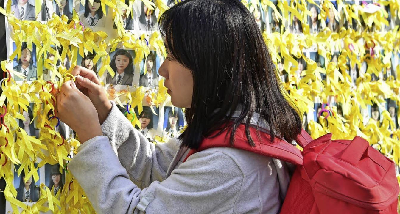 304 Menschen verloren beim Untergang d...Gedenktafel in Seoul erinnert an sie.   | Foto: DPA/FELIX LILL (2)