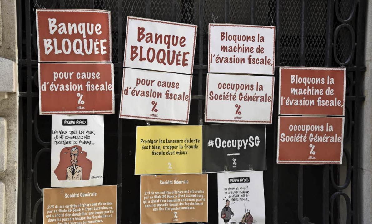 Protest gegen die  Société Générale: D...ung über Offshore-Firmen unterstützt.     Foto: AFP