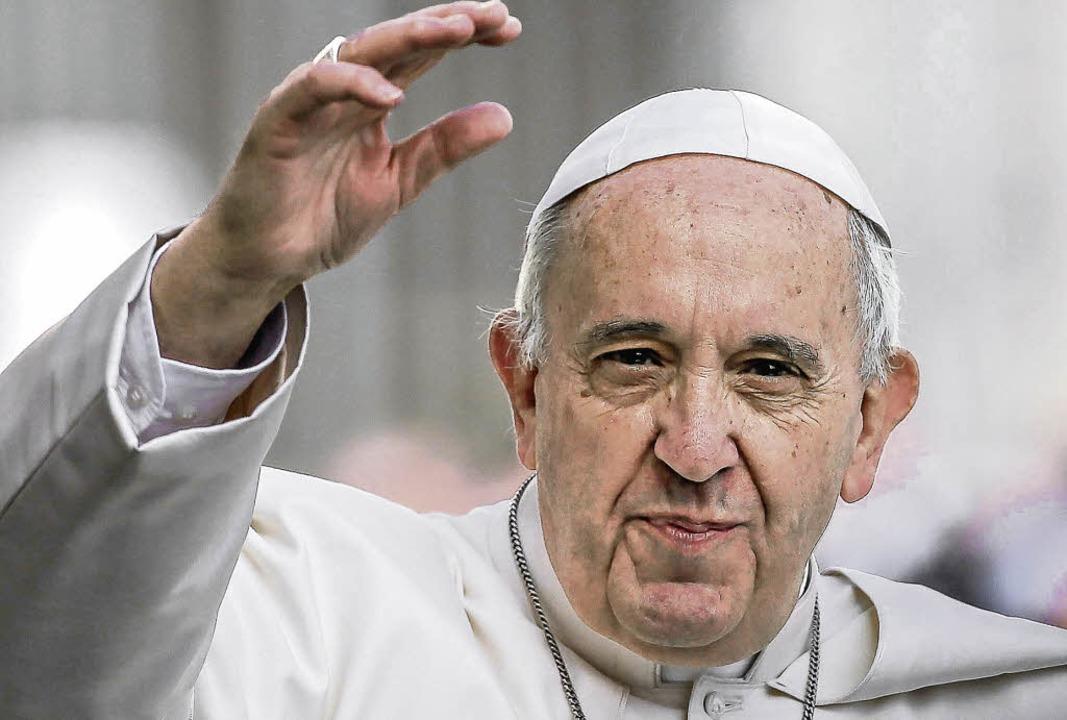 Der Papst winkt bei einer Generalaudienz auf dem Petersplatz in Rom.    Foto: dpa