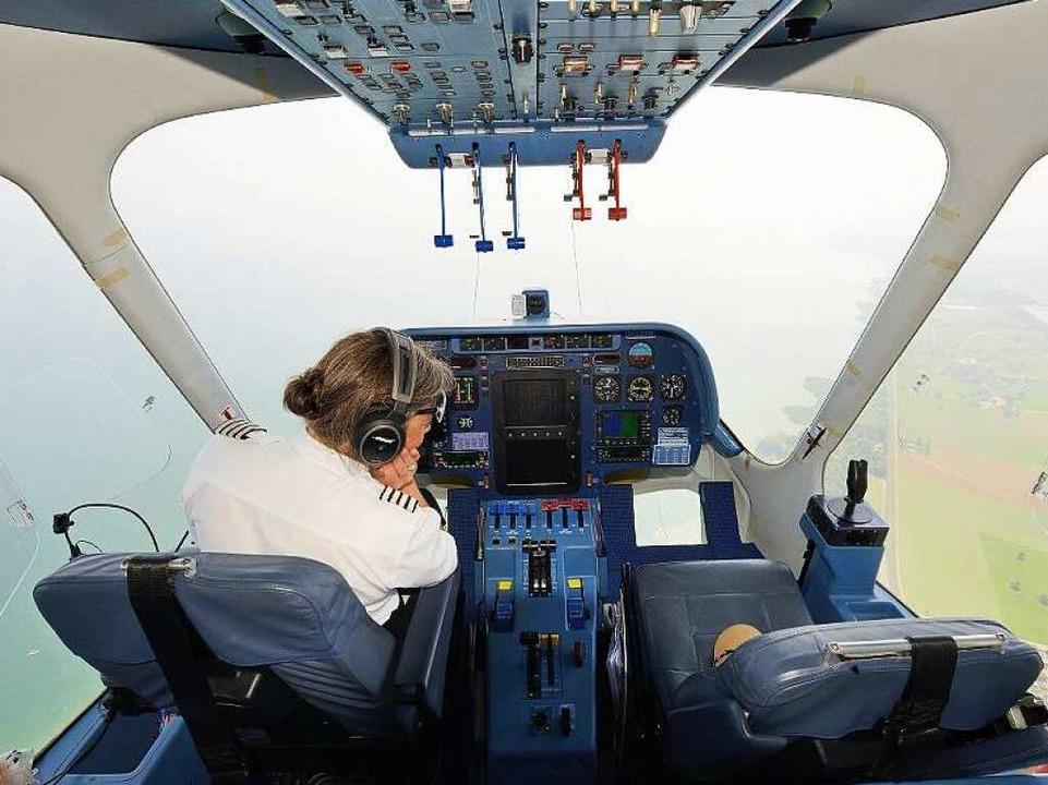 Kate Board, die weltweit einzige Frau,...Pilotenlizenz zum Zeppelinfliegen hat.    Foto: Uwe Stohrer