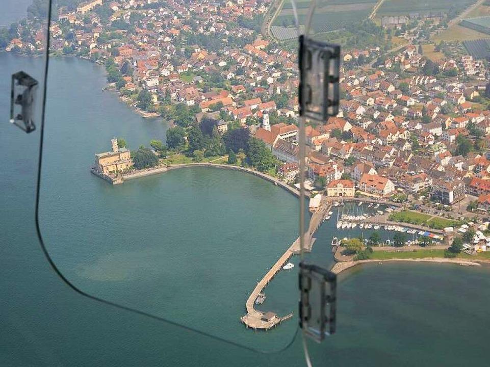 Der berühmteste Luftikus  am Bodensee:...er Langenargen, links Schloss Montfort    Foto: Uwe Stohrer
