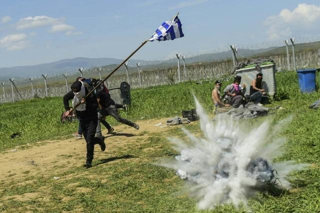 Idomeni: Polizei feuert mit Tränengas auf Flüchtlinge