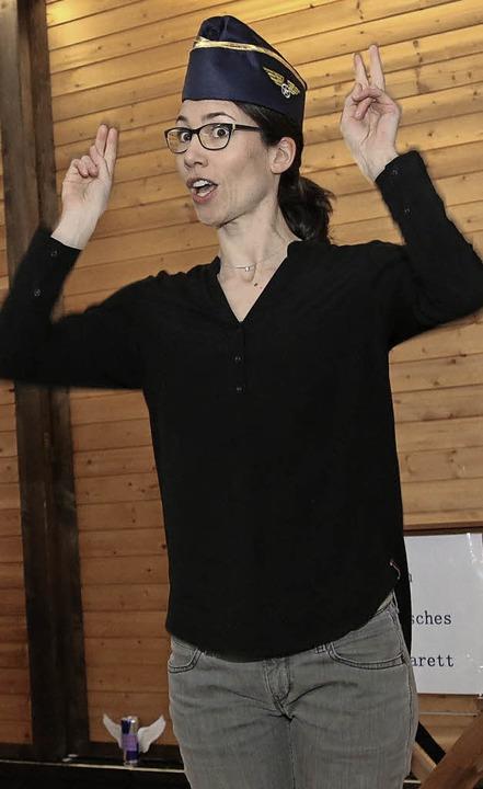 Wie vorm Abflug: Cornelia Schmidt stellt den Kirchenknigge für Neukunden vor.  | Foto: Dagmar Barber
