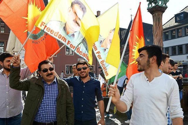 300 Demonstranten protestieren in Freiburgs Innenstadt gegen die Politik von Erdogan