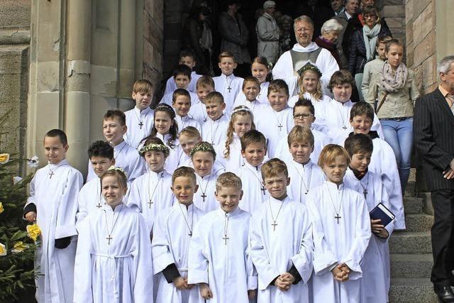 30 Kinder feiern Weißen Sonntag