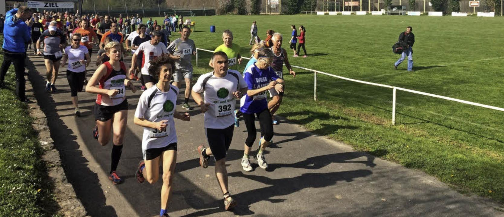 Mehrere hundert Läufer gingen gestern ...hiel Zersenay vom TV Riehen (rechts).     Foto: Jutta Schütz