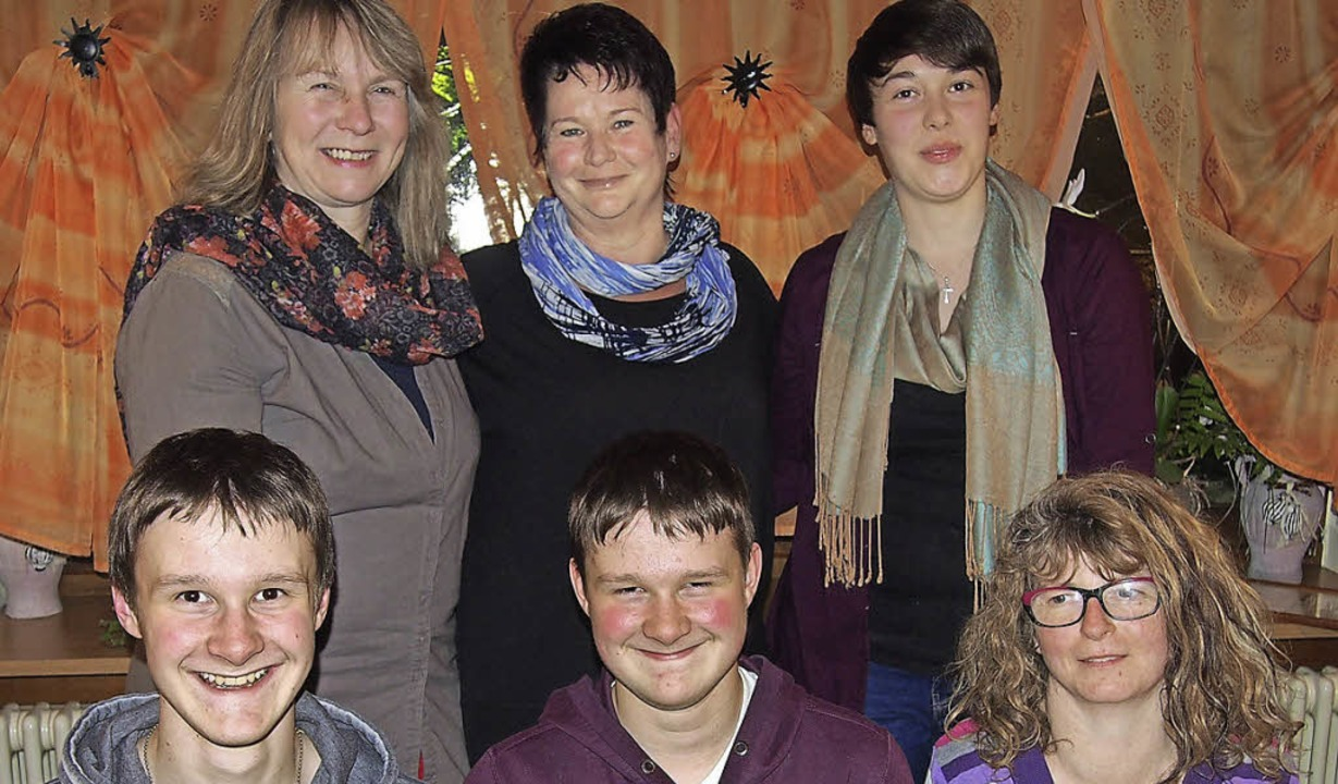 Für langjährige Treue  geehrt: Bettina...lecht, Angelika Rünzi (vorne, v. l.).     Foto: Gabriele Poppen