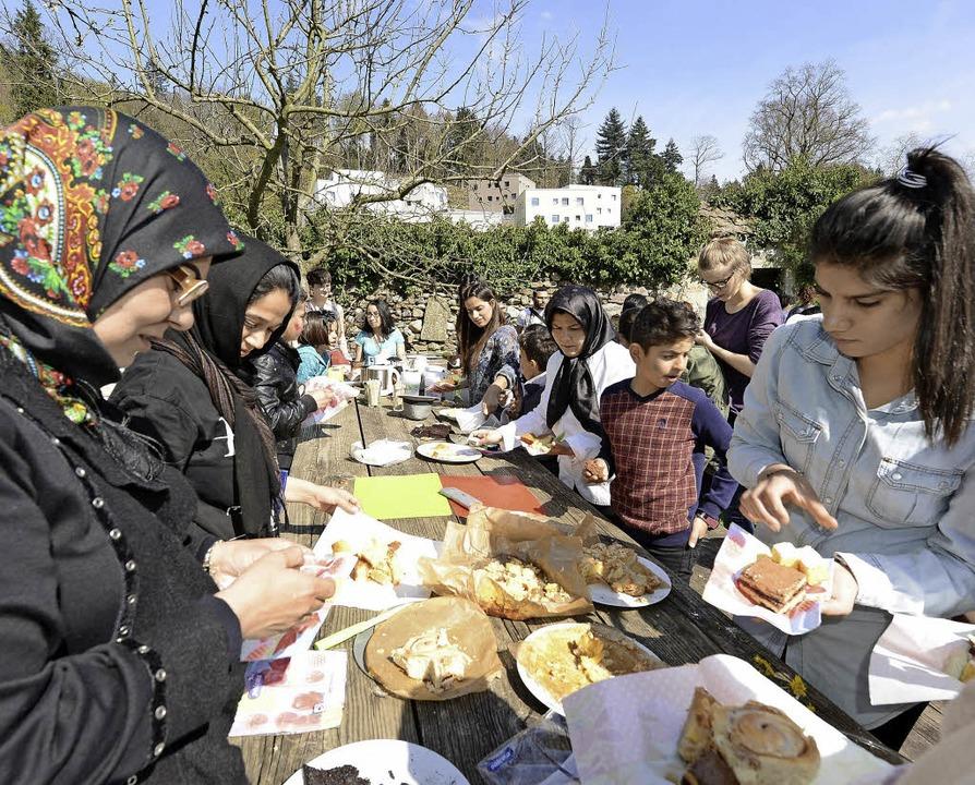 Schülerinnen und Schüler des UWC bewir...tlinge im ehemaligen Kartäuserkloster.  | Foto: Rita Eggstein