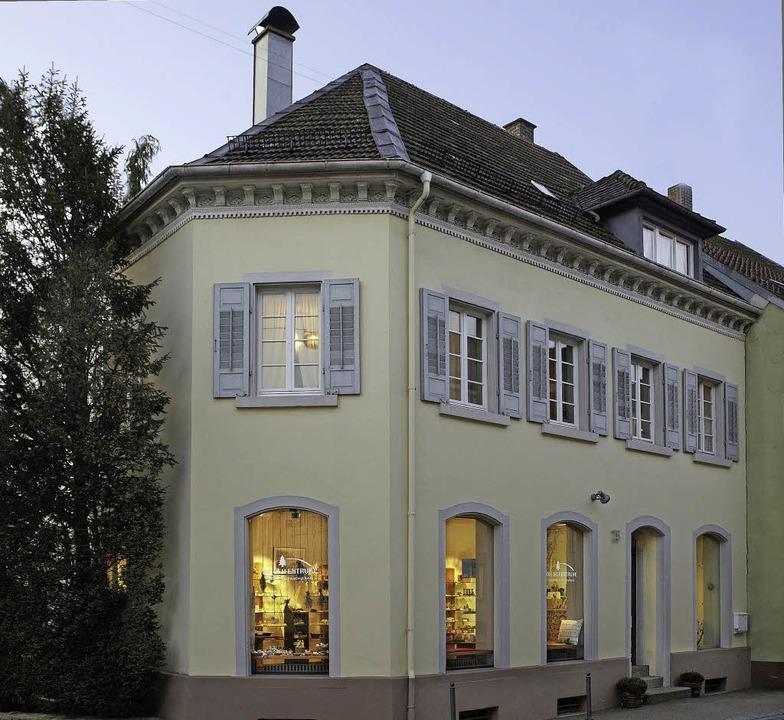 """Das """"Haus Becherer"""" mit se...rägen Ecke und verziertem Traufgesims.    Foto: Bernd Fackler"""