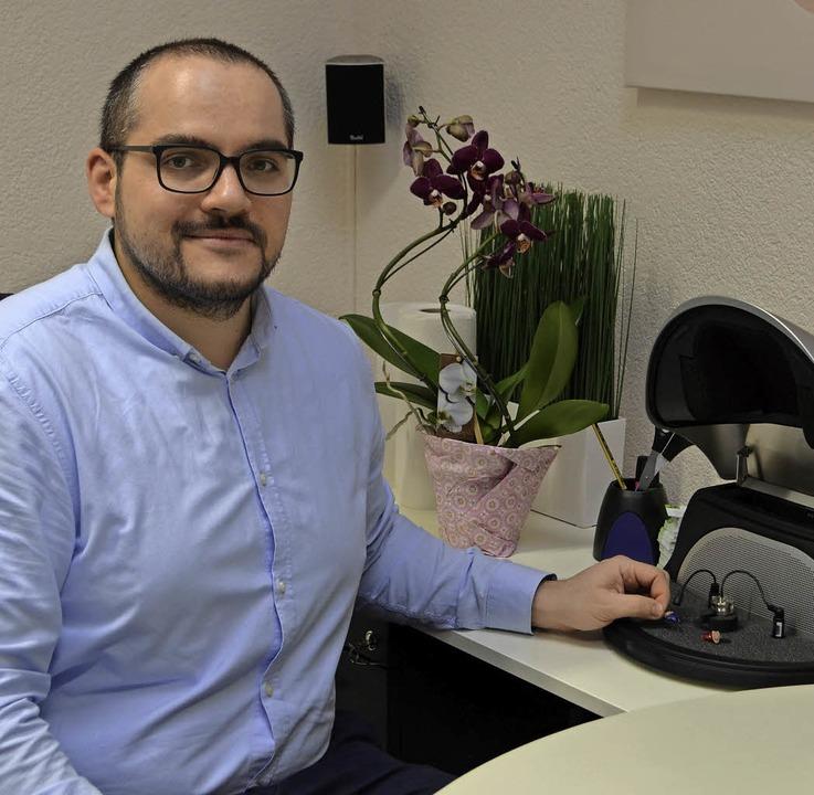 Hörgeräte-Akustiker Daniel Braun an einem seiner Messgeräte     Foto: Nikolaus Bayer
