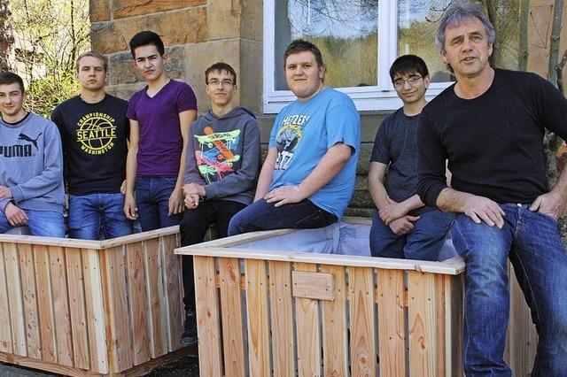 Schüler bauen Hochbeete selbst
