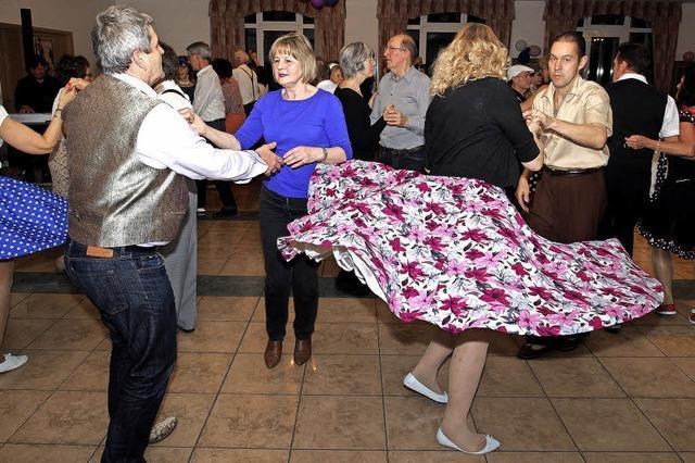 Mit Petticoats und Hosenträgern