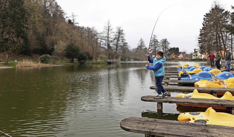 Nicht nur dieser Junge, sondern auch z...eten am Stadtrainsee die Angelsaison.   | Foto: Zahn