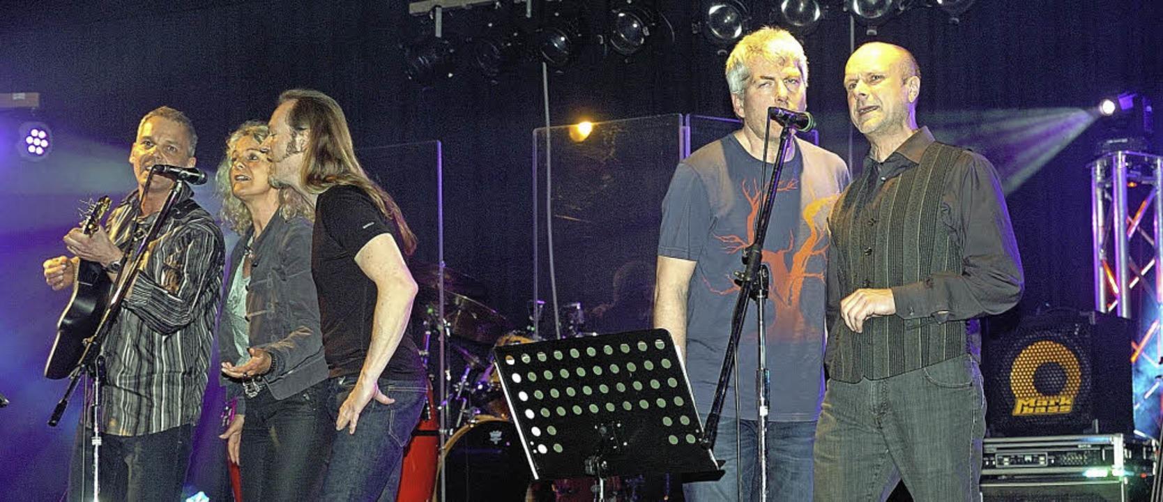 """Die fünfköpfige Band """"The Clap&#...ren Rocksongs das Publikum in Riegel.     Foto: Jürgen Schweizer"""