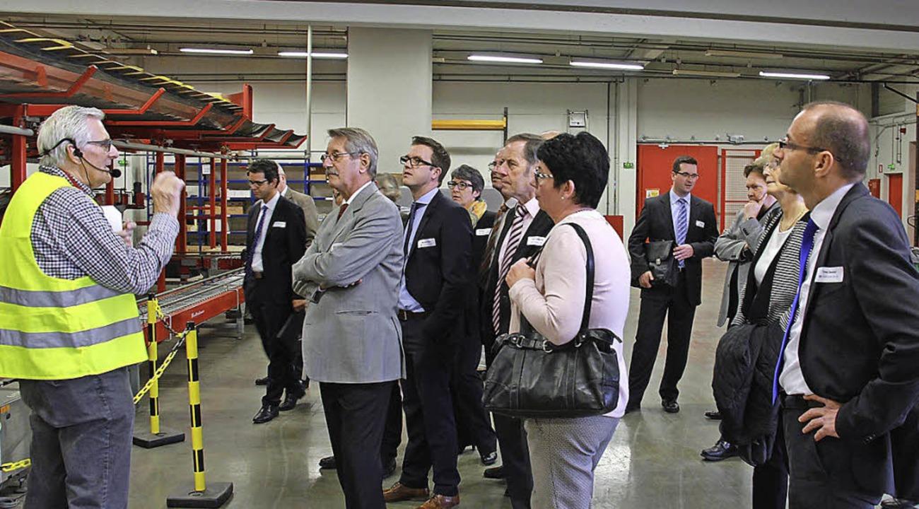 Bernard Rohmer (in der gelben Weste) p...ahrer Raum das Würth-Logistikzentrum.   | Foto: volksbank