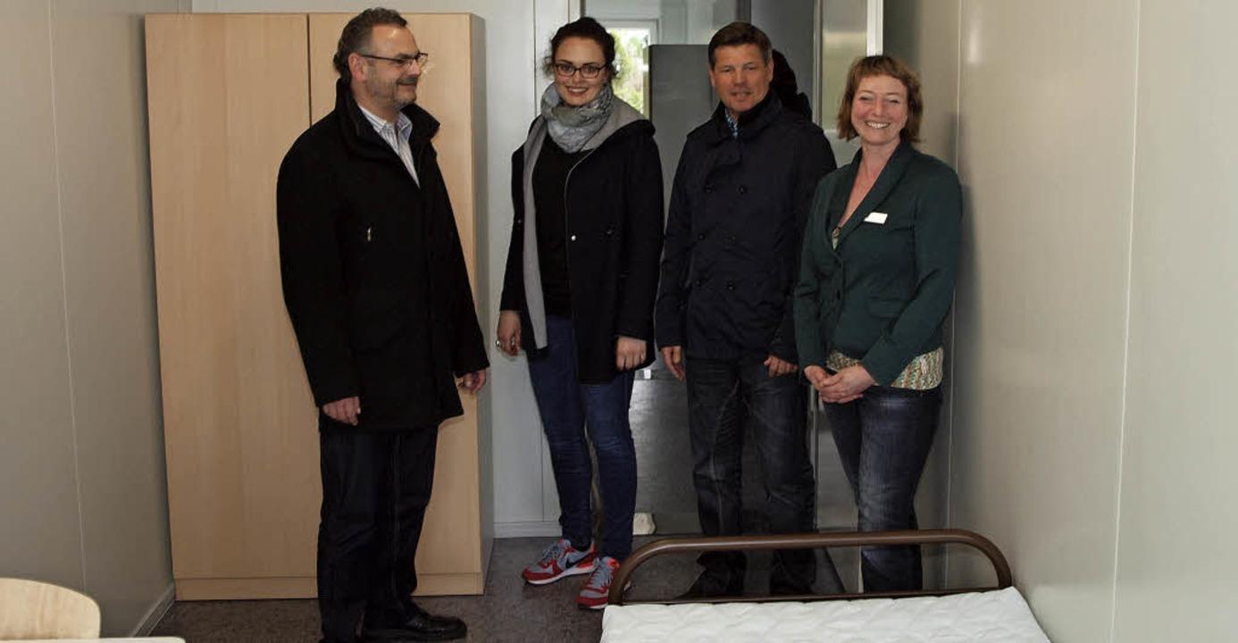 Mit Bürgermeister Markus Jablonski (vo...ingler die neuen Container in Riegel.   | Foto: Michael Haberer