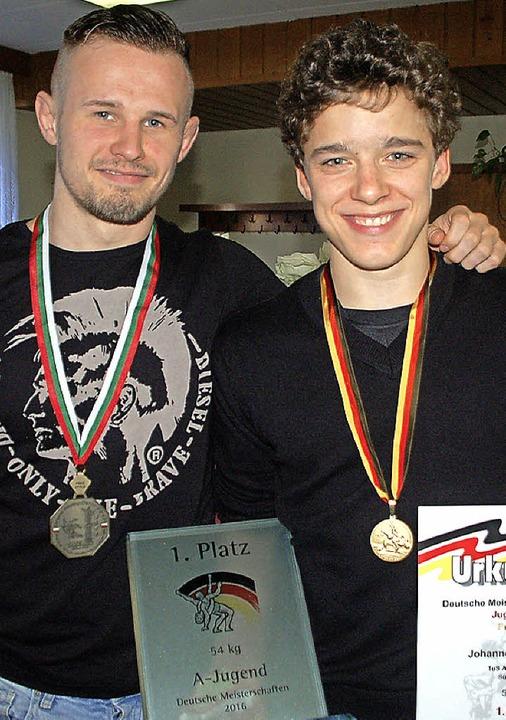 Zeigen ihre Medaillen: Der frisch gekü...v, der bei der U-23-EM Bronze gewann.     Foto: Wunderle