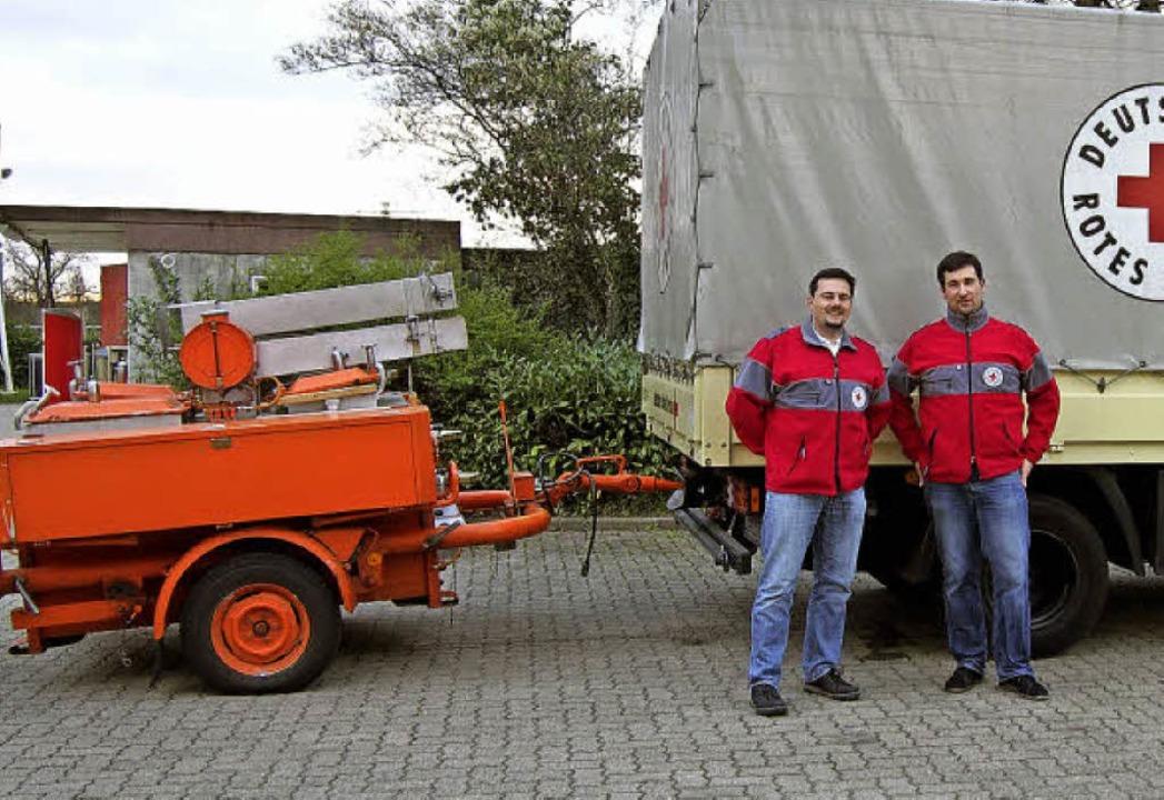 Pressesprecher Rolf Rombach (links) un... dem DRK-Lkw auf dem Werkhof in Wyhlen  | Foto: Katharina Schiller