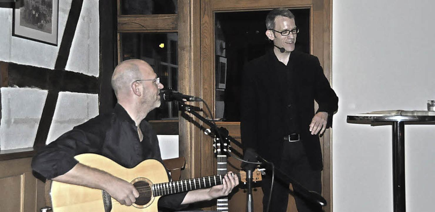 Jeremiah Wood spielt Gitarre,  Sebastian Reiß liest.     Foto: Herbert Geisler