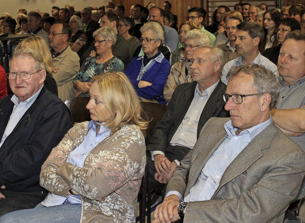 Viele Gottenheimer kamen zur Bürgerver...g zum Thema  Flüchtlingsunterbringung.  | Foto: mario schoenEberg