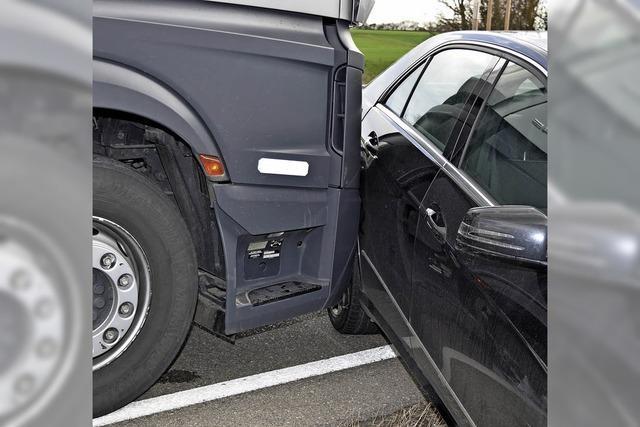 Unfall auf der B 31: Laster schleift Auto mit