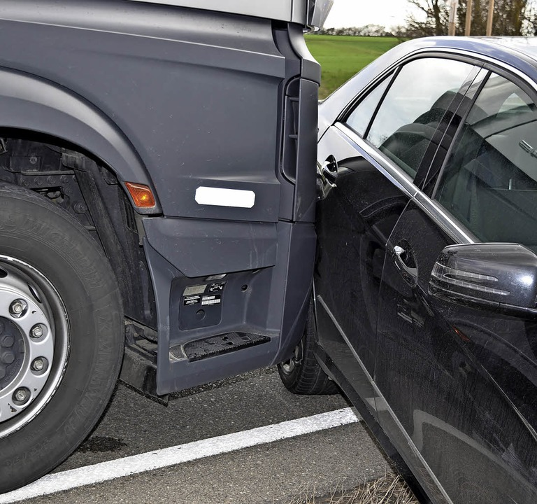 Riesenglück hatte ein Mercedesfahrer b...Kollision mit einem Lkw auf der B 31.     Foto: Kamera 24