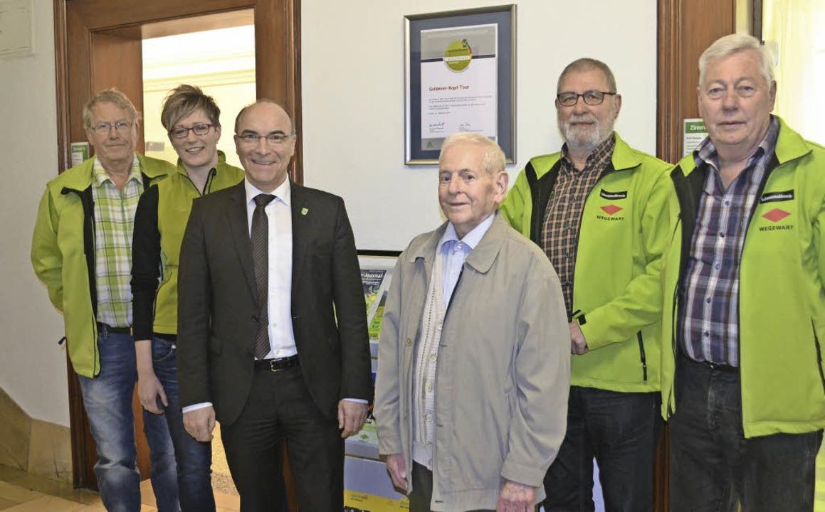 Vor der Zertifizierungsurkunde im Elza...nge, Siegfried Bleicher  (von links).   | Foto: Nikolaus Bayer