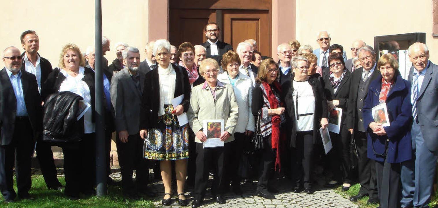 Großes Treffen:  Die Jubilare mit Pfar...h Heuberger vor der Kirche in Wieslet     Foto: zvg