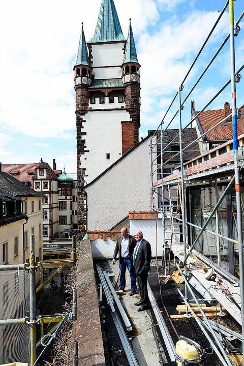 Verleger Wolfgang Poppen und Projektle... Holtz auf der künftigen Dachterrasse.  | Foto: Ingo Schneider