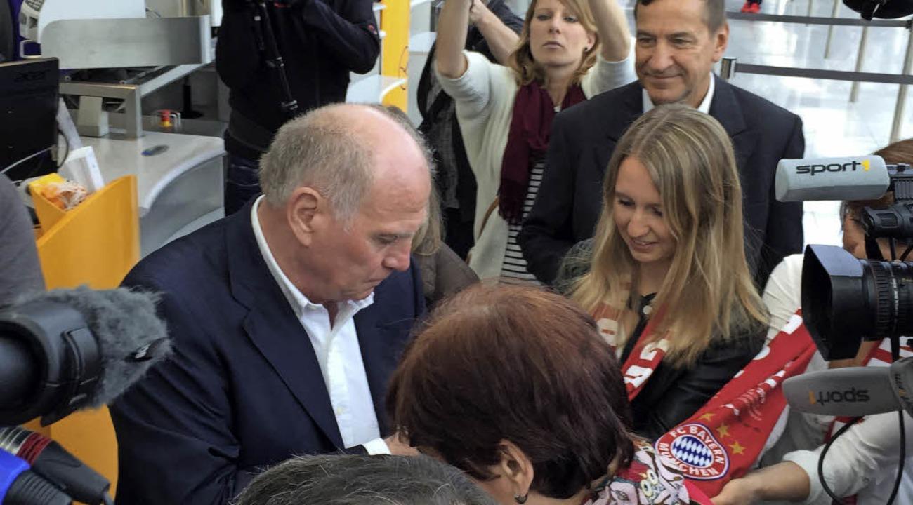 Gefragter Mann: Uli Hoeneß vor dem Abf... umringt von Fans und Medienvertretern  | Foto: dpa