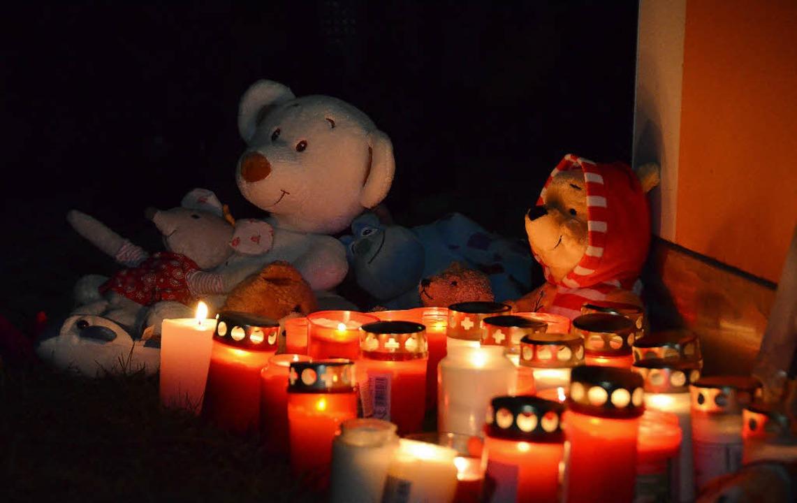 Trauer um den dreijährigen Alessio: Im... Kerzen vor dem Landratsamt entzündet.  | Foto: bury