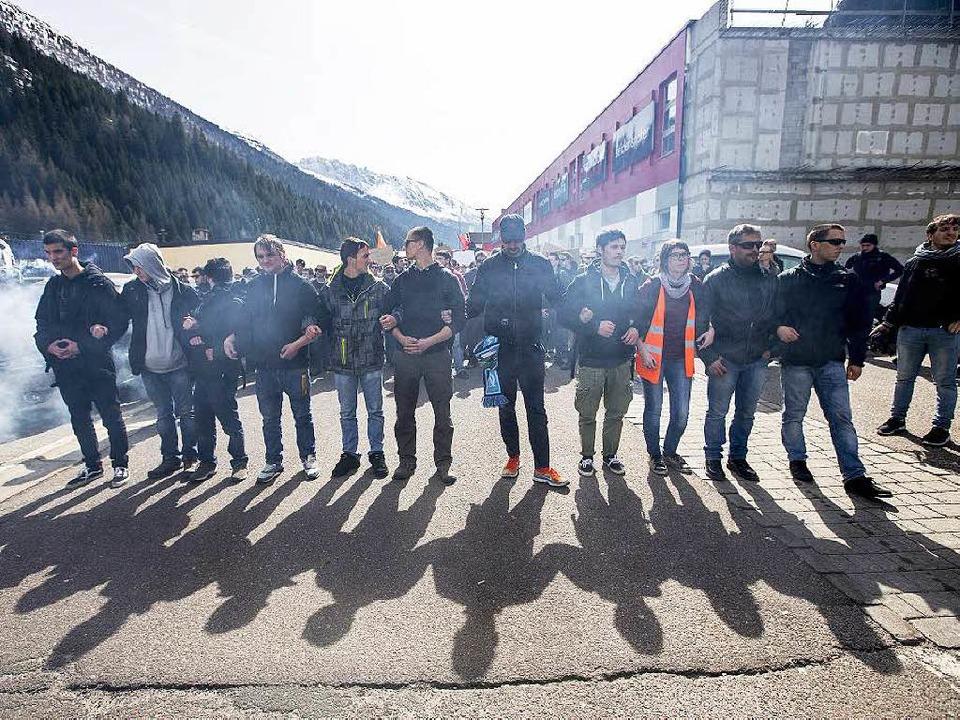 Am Brenner protestierten Anfang April ...en gegen den Aufbau einer Grenzanlage.  | Foto: dpa
